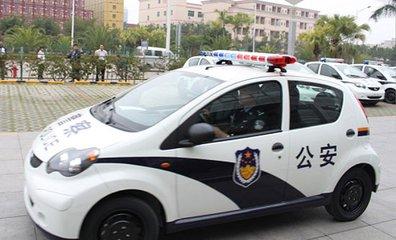 网约车冲撞警车 抗拒执法 驾车逃离现场